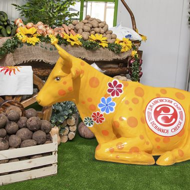 Лежачая корова в интерьере магазина